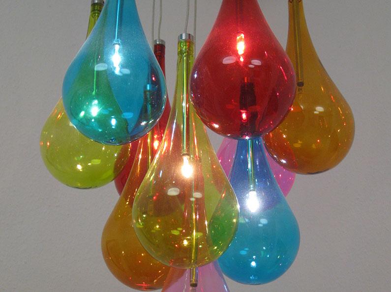 Farbenfrohe Lampe im Wartezimmer